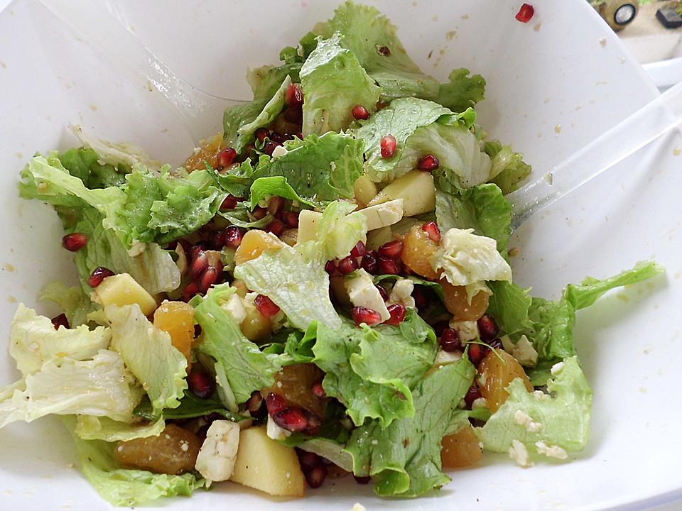 Grüner Salat mit Granatapfel, Mandarinen und Apfel, mit ...