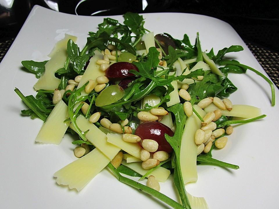 rucola trauben salat mit k sestreifen und ger steten pinienkernen rezept mit bild. Black Bedroom Furniture Sets. Home Design Ideas