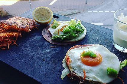 Karottenburger mit Eisbergsalat, Schinken, Ei und Dressing