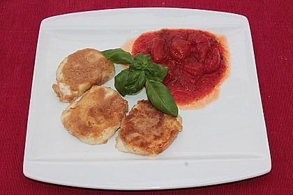 Gebratener Mozzarella auf stückiger Tomatensauce