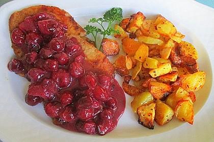 Schweine-Mini-Steaks mit Cranberry-Rotwein-Sauce an Chili-Knoblauch-Kartoffeln aus dem Ofen