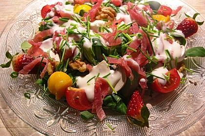 Feldsalat mit Cocktailtomaten, Erdbeeren, Weintrauben, Walnüssen und Balsamicodressing 2