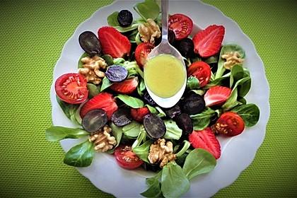 Feldsalat mit Cocktailtomaten, Erdbeeren, Weintrauben, Walnüssen und Balsamicodressing