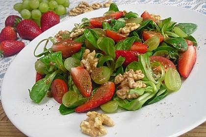 Feldsalat mit Cocktailtomaten, Erdbeeren, Weintrauben, Walnüssen und Balsamicodressing 3