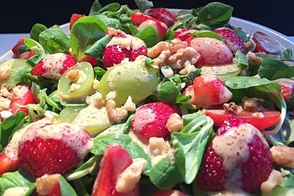 Feldsalat mit Cocktailtomaten, Erdbeeren, Weintrauben, Walnüssen und Balsamicodressing 1