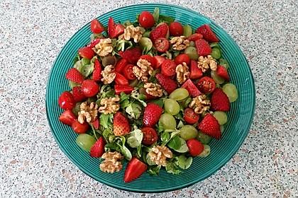 Feldsalat mit Cocktailtomaten, Erdbeeren, Weintrauben, Walnüssen und Balsamicodressing 4