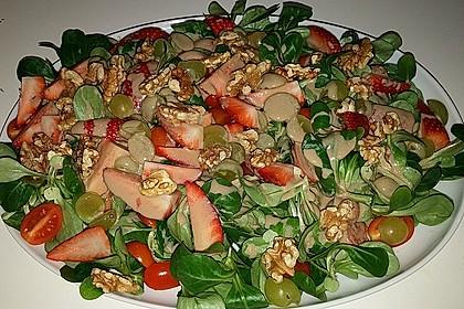 Feldsalat mit Cocktailtomaten, Erdbeeren, Weintrauben, Walnüssen und Balsamicodressing 6