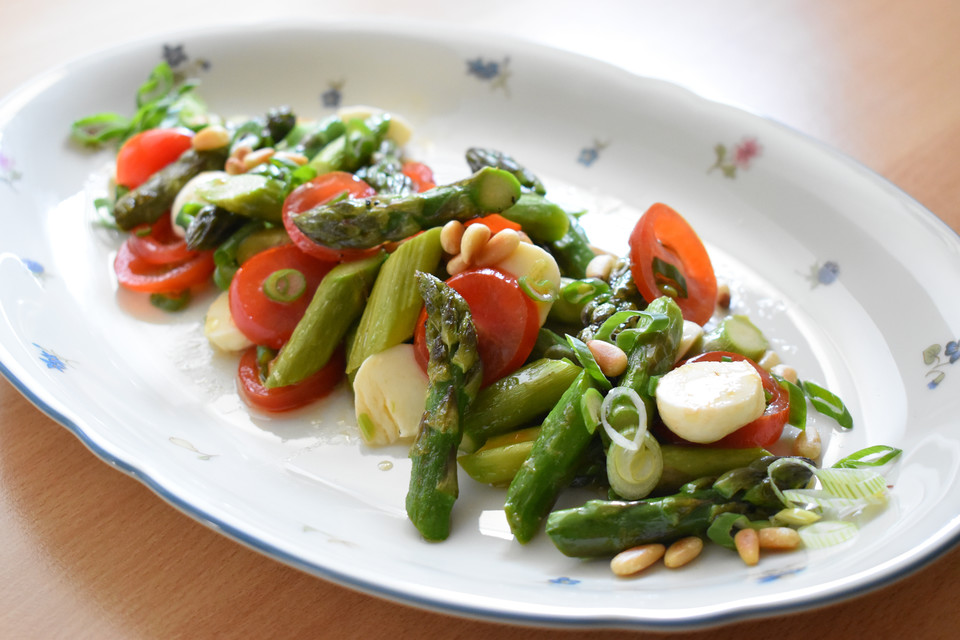 Gruner spargelsalat mit ei und tomaten