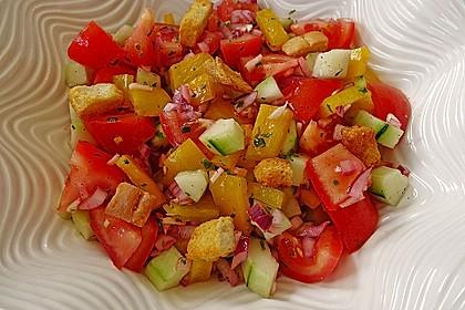 Brotsalat mit Gurke und Paprika 1