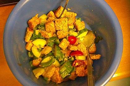 Brotsalat mit Gurke und Paprika 3