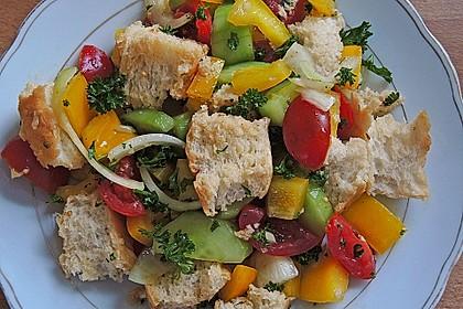 Brotsalat mit Gurke und Paprika 2