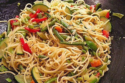 Gebratene Spaghetti mit Gemüse