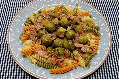 Bunte Nudeln mit Rosenkohl in Gorgonzola-Sauce 2