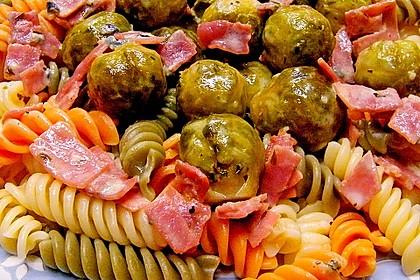 Bunte Nudeln mit Rosenkohl in Gorgonzola-Sauce