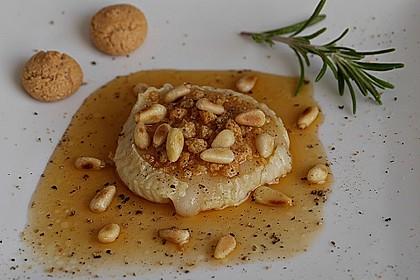 Lauwarm gratinierter Ziegenkäse mit Knoblauch an Rosmarin - Honig Sirup 7