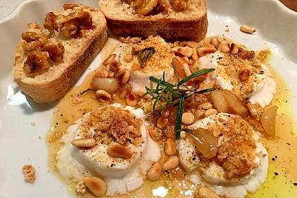 Lauwarm gratinierter Ziegenkäse mit Knoblauch an Rosmarin - Honig Sirup 8