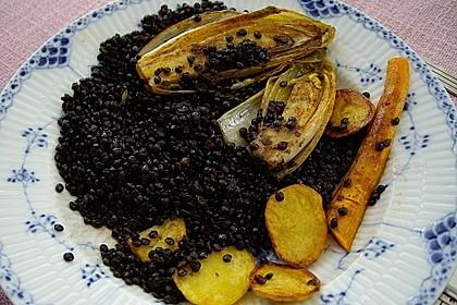 Beluga-Linsen mit gebratenem Chicoree, Karotten und Kartoffeln