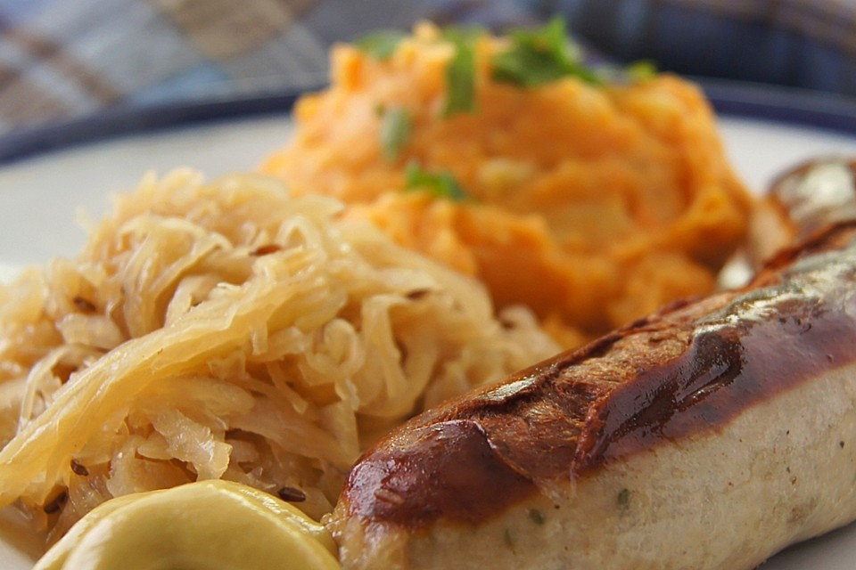frische bratwurst mit sauerkraut und s kartoffel p ree rezept mit bild. Black Bedroom Furniture Sets. Home Design Ideas
