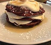 Amerikanische Red-Velvet-Pancakes mit Frischkäse-Frosting
