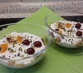 Fruchtiges Bananen-Orangen-Trauben-Trifle (Bild)