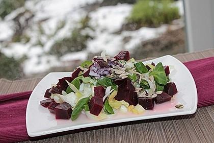 Rote Bete-Feldsalat mit Chicorée in Himbeer-Joghurt-Dressing und Körnerkrönung