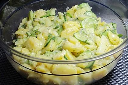 Kartoffelsalat mit Essig, Öl und Gurke 1