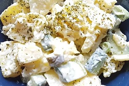 Kartoffelsalat mit Essig, Öl und Gurke 2