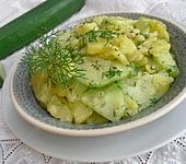 Kartoffelsalat mit Essig, Öl und Gurke