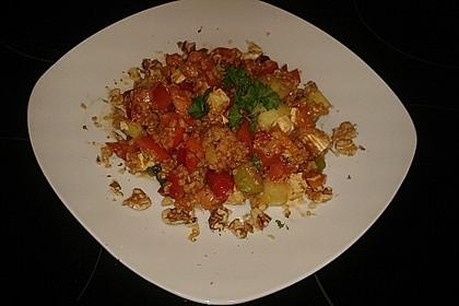 Bulgur-Salat mit Gemüse, Feta und Walnüssen