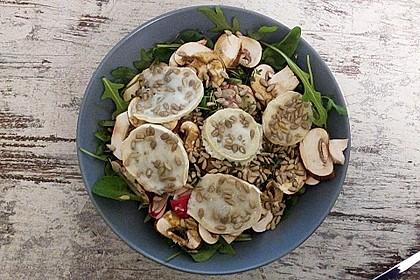 Feldsalat mit Ziegenweichkäse, Champignons und Radieschen