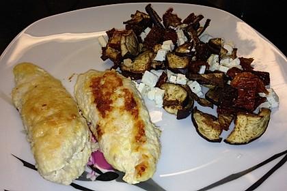 Mandelhähnchen mit Salat aus Aubergine, Feta und getrockneten Tomaten