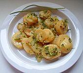 Kartoffelsalat mit Schnittlauch und Kresse in einer Senf-Zwiebel-Vinaigrette (Bild)