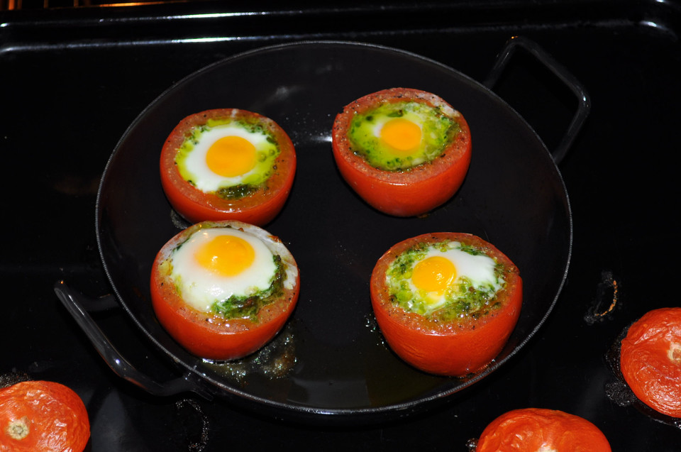 gef llte tomaten mit ei auf blattsalat von inwong. Black Bedroom Furniture Sets. Home Design Ideas