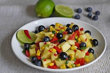 Ananassalat mit Mais, Paprika und Blaubeeren