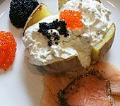 Grillkartoffeln mit Kräuter-Crème fraîche und Lachs