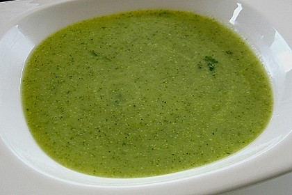 Zucchinicremesuppe mit Basilikum