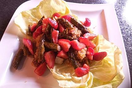 Quinoa-Salat mit Spargel und Erdbeeren