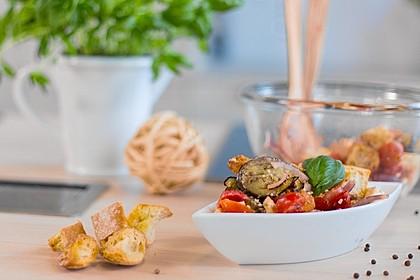 Sommersalat mit frischem Gemüse, Feta und Ciabatta
