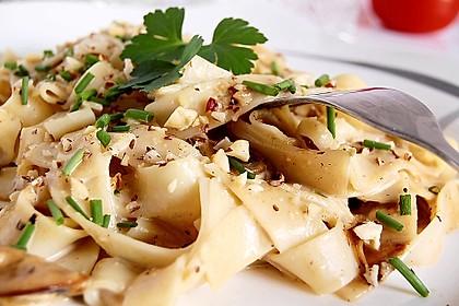 Bandnudeln in Champignon-Parmesan-Sahne-Sauce mit Haselnüssen