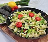 Gebratener grüner Spargel mit Avocadocreme und breiten Nudeln