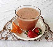 Buttermilch-Shake mit Karottensaft und Erdbeeren