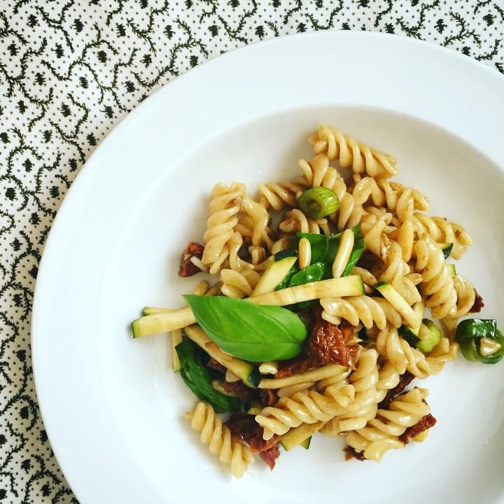 veganer nudelsalat mit zucchini basilikum und pinienkernen rezept mit bild. Black Bedroom Furniture Sets. Home Design Ideas