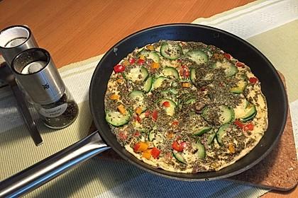 Zucchini-Paprika-Möhren-Frittata mit Hüttenkäse und Tomaten 2