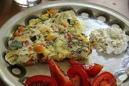 Zucchini-Paprika-Möhren-Frittata mit Hüttenkäse und Tomaten 1