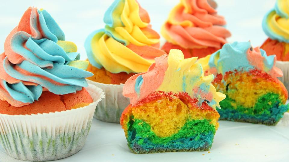 rainbow cupcakes und rainbow swirl buttercream frosting von amerikanisch kochende. Black Bedroom Furniture Sets. Home Design Ideas