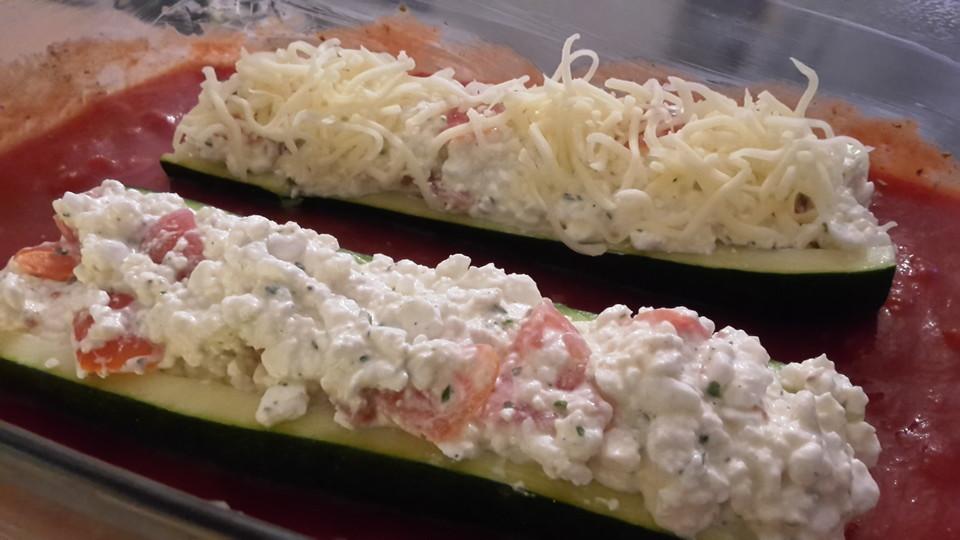 zucchini mit k rniger frischk se f llung rezept mit bild. Black Bedroom Furniture Sets. Home Design Ideas