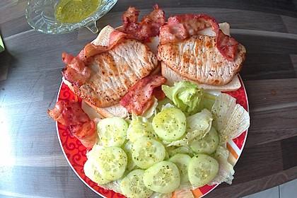 Schweinesteaks auf Toast mit Salat und Bacon