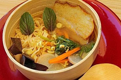 Zitronengrassuppe mit Asia-Nudeln und Birne