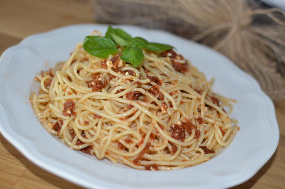 spaghetti mit tomaten schafsk se pesto von tiburonito. Black Bedroom Furniture Sets. Home Design Ideas