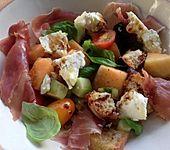 Brotsalat mit Melone, Gurke, Tomaten und Parmaschinken